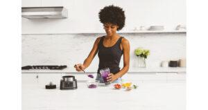 Ninja Foodi Power Nutri Blender 2in1 CB100UK InUse Bowl BW BerriesBlend Scoop RT CMYK r