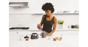 Ninja Foodi Power Nutri Blender 2in1 CB100UK InUse Bowl OnCounter PouringBerries RT CMYK r