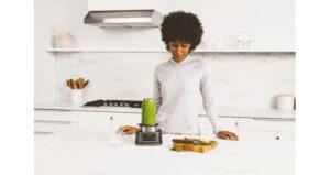 Ninja Foodi Power Nutri Blender 2in1 CB100UK InUse Cup BW GreenBlending RT CMYK r